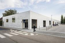 Grafickou podobu fasády navrhla Barbora Zachovalová. Vytvořila abstraktní a zároveň nenápadný lehce reflexní motiv, v přímém denním světle téměř neviditelný
