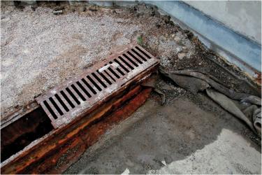 Obr. 9: Konec liniového odvodňovacího žlabu v souvislosti jednotlivých vrstev