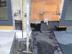 Obr. 4: Postup realizace ukončení hydroizolace na vstupu na terasu; na levé straně jsou vidět osazené dveře do konstrukce bez HIS, na pravé straně je vidět realizace napojení hydroizolace zasfaltových pásu na výplň otvoru