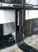 Obr. 6: a, b – příklad systémového ukončení hydroizolace na lehký obvodový plášť profilu PF 152 od firmy Ponzio pomocí vyfrézované drážky do sloupku a přípravy doplňkového profilu pro ukončení hydroizolace pod příčníkem. Vpravo je vidět dodatečně vyfrézovaná drážka do jiného systému sukázkou zatažené asfaltové izolace