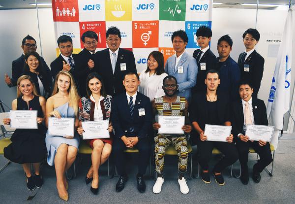 Pavel Podruh (dole druhý zprava) s kompletní sestavou letošních držitelů titulu The Outstanding Young Person a s vedením JCI Japonsko