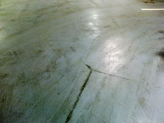 Trhlina způsobená propadem dobetonávky v základové desce