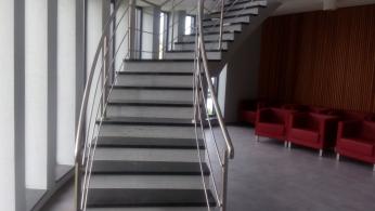 Smuteční síň v Havířově-Šumbarku s omítkami imitujícími pohledový beton