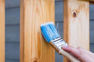 Vždy používejte jen barvy a laky určené na dřevo