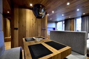 """Luxusní """"chalet"""" v krkonošském paneláku – stropy i nábytek z podlahových krytin Kährs"""