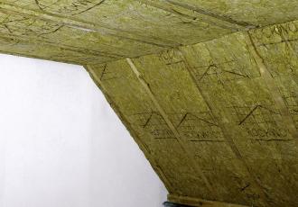 Zateplení šikmé střechy mezi a pod krokvemi