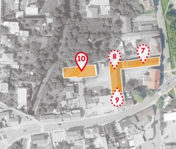Soubor staveb bude stát na náměstí Osvoboditelů v sousedství radotínského kulturního střediska U koruny, 7 – komunitní centrum, 8 – služebna policie, 9 – komunitní centrum, 10 – dnes už stojící hasičská stanice