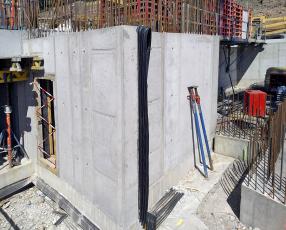 Obvodová stěna z betonu Permacrete s dilatačním pásem z PVC