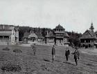 Stará pohlednice; zprava stavitel M. Urbánek, Dr. Parma (objednatel), D. S. Jurkovič a pocestný