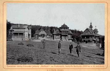 Obr. 2: Stará pohlednice; zprava stavitel M. Urbánek, Dr. Parma (objednatel), D. S. Jurkovič a pocestný