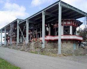 Obr. 3: Požářiště Libušína pod ocelovou konstrukcí provizorního zastřešení, léto 2016