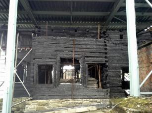 Obr. 4: Dřevěné konstrukce zničené požárem