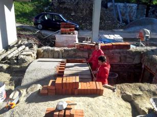 Obr. 5: Stavba nové klenby sklepa