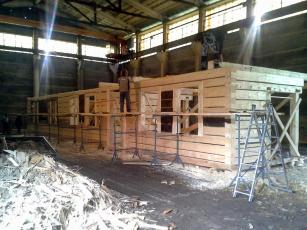 Obr. 7: Skládání srubu v hale firmy Teslice z Bystřičky