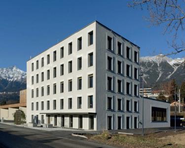 Vícepodlažní budova z cihelných bloků, administrativní a logistické centrum Cura Cosmetic v Innsbrucku