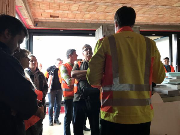 Návštěvníků byli k dispozici stavební odborníci všech značek, které se staly partnery vzorového e4 domu. Zde Jan Huber přednáší o konstrukčních detailech.