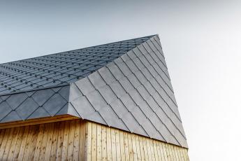 Stanice lanové dráhy Rigi Scheidegg s falcovanou střešní a fasádní šablonou PREFA