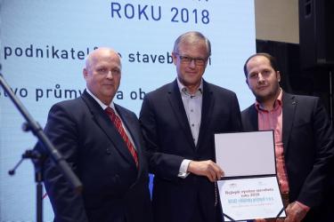 Od Pavla Malinského z MPO (vlevo) převzali za Heluz ocenění marketingový a obchodní ředitel Petr Stejkal a Jiří Weis, interní auditor