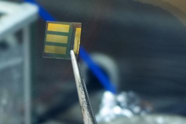 Detailní pohled na vzorek se třemi nezávislými fotovoltaickými články