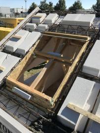 Otvor pro střešní okno v montované konstrukci se provede pomocí výměny vložek
