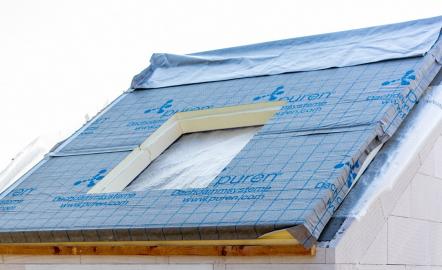 Do panelu tepelné izolace s integrovanou hydroizolační vrstvou se vyřízne otvor dle velikosti okna