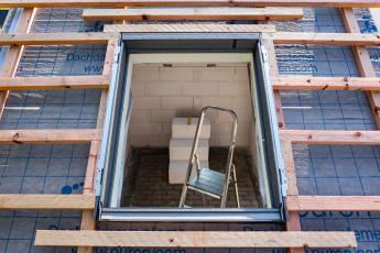 Po sestavení se osadí rám na latě kolem okenního otvoru