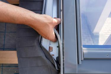 Nalepením pásků izolace se doplní zateplení rámu nad úrovní konstrukce