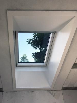 Ostení VELUX umožnuje snadné a rychlé napojení strešního okna na vnitrní plochu stropu