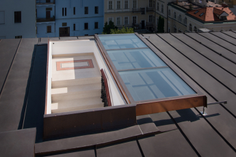Posuvné střešní dveře Solara, plochá střecha hostelu v Praze
