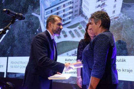 Obchodní ředitel společnosti HSF System Tomáš Hess přebírá cenu od Ing. Marcely Pavlové, náměstkyně ministryně pro místní rozvoj