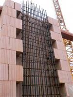 Obr. 2: Železobetonový pilíř s bedněním z keramických bloků Porotherm 50 W.i Plan a Porotherm32W.i Plan (rakouská obdoba řady Porotherm T Profi) před betonáží a po ní