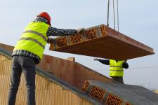 Panely se kladou pomocí jeřábu. Při vykládání je třeba vycentrovat závěs, aby při manipulaci nedošlo k rozhoupání panelu a k jeho poškození při ukládání.