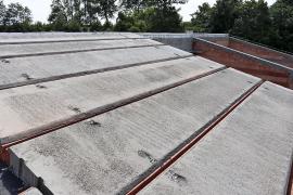 Panely se ukládají od okapové hrany směrem k hřebeni střechy. Konstrukce těžké šikmé střechy je použitelná pro obdélníkový půdorys domu a sedlovou nebo pultovou střechu. Maximální světlost místností je 6,0 m. Hloubka uložení činí minimálně 125 mm, na vnitřní nosné stěny s hloubkou 240 mm to je potom 120 mm.