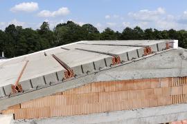 Po uložení panelů se po obvodu střechy vyzdí věncovky, za které se vkládá tepelná izolace. Poté se vyztuží druhá úroveň podélného věnce, realizuje se také výztuž po obvodu střechy.
