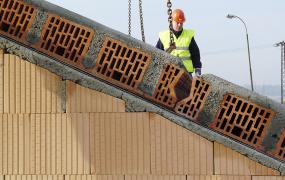 Styčné spáry mezi panely, především jejich keramická část, se před betonáží důkladně navlhčí, aby beton dobře přilnul