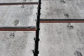 Pro betonáž spár se používá beton s kamenivem o zrnitosti maximálně 4 mm, pevnostní třídy C 16/20 – XC1, měkké konzistence S3. Zároveň se betonuje také ztužující věnec (beton s kamenivem o velikosti zrna 16 mm). Beton se zhutní.