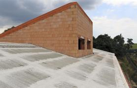 Beton se během prvních dnů po betonáži vlhčí vodou. Před dostatečným zatvrdnutím betonu ve spárách je potřeba zamezit pohybu panelů např. vlivem zatížení stavebním materiálem.