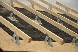 Na zabetonované stropní panely se pokládá hydroizolace ve formě asfaltových pásů, která plní i funkci parozábrany a vzduchotěsné vrstvy (pokud se neprovádějí vnitřní omítky). Na ocelové profily se uloží pomocné krokve, kterými se vymezí prostor pro tepelnou izolaci.