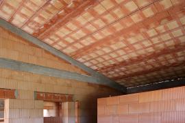 Strop z interiéru. Keramická plocha je připravena k omítání.
