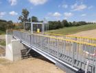 Retenční suchá nádrž v povodí Odry s kompozitním zábradlím