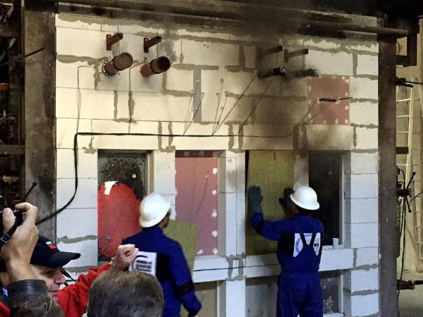 Zkouška požární odolnosti zasklení – běžné dvojsklo prasklo v 5. minutě (zdroj Promat, s. r. o.)