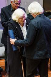 Alena Šrámková přebírá medaili Fakulty architektury ČVUT za významný a dlouhodobý přínos a vliv na rozvoj fakulty