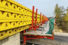 Obr. 6: Doplnění bednění římsy na pracovní lávce VGK