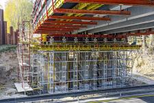 Obr. 1: Podepření prefabrikovaných nosníků systémem vysokopevnostních podpěr HD PERI UP Flex. Modernizace dálnice D1 – nadjezd nad dálnicí Hněvkovice, Jiřice.