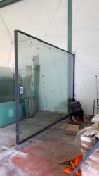 Sestavování posuvného panelu v dílně společnosti Novalco Metales ve Valencii