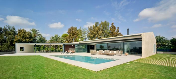 Otevřený světlu i slunci: soukromý rodinný dům ve městě Elche, které se nachází ve vnitrozemí jihozápadně od města Alicante