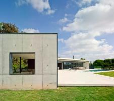 Postranní zakončení zastřešené terasy provedené v pohledovém betonu