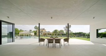 Zastřešená terasa je ze tří stran otevřená, což zaručuje přirozenou ventilaci
