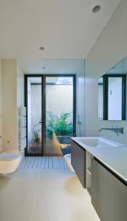 Koupelny disponují přirozeným osvětlením ze skrytého vnitřního atria (okna: Schüco AWS 50.NI)