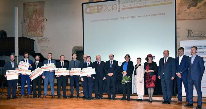 Společné foto oceněných a ceny předávajících v soutěži Český energetický a ekologický projekt, stavba, inovace roku 2018